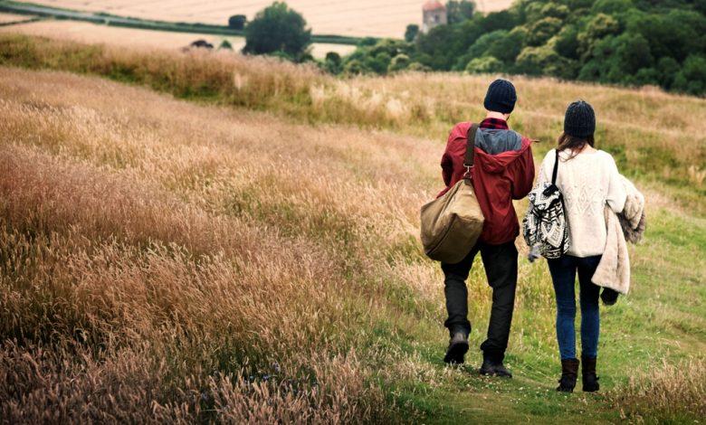 Двойка разхождаша се в планината