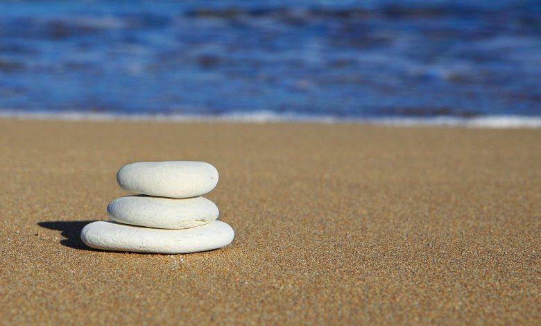 Камъчета на плажа огряни от слънцето