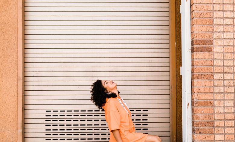 Жената пред гаражната врата