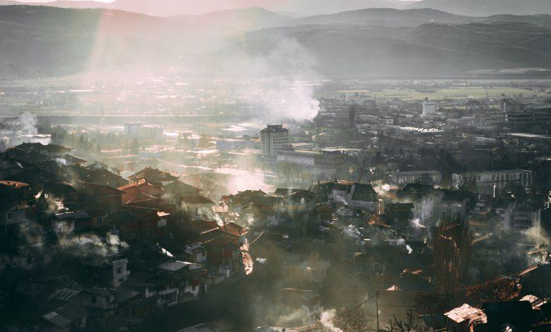 Хладна мъгла над планинско градче
